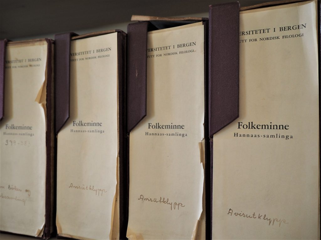 Arkivboksar, fire stk som står ved sidan av kvarandre.